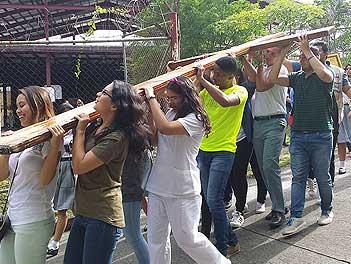 Alumnos de Pureza de María Panamá con la Cruz de la JMJ 2019